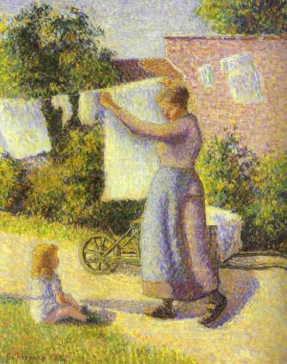 Женщина, развешивающая белье